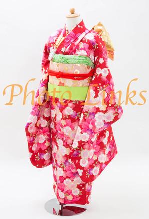 女の子に定番の赤色着物7歳の女の子が好きな、キラキラゴールドの光沢が部分部分に入っています。