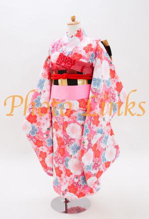 女の子には根強い人気のあるピンクの着物7歳の七五三で着用されるのにおすすめ。可愛いお花柄を散りばめました。モダンな1枚