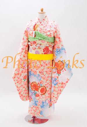 女の子の七五三着物7歳現代風なお花のプリントと古典的な鼓の柄女の子には人気のある、ピンクの基本色に水色の差し色を入れた着物